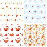 Uppsättning av sömlösa valentindagbakgrunder med roliga röda hjärtatecken, dialogbubblor och kupidonpilar Belagd med tegel vektor Royaltyfri Fotografi