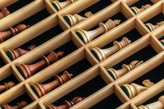 Uppsättning av schackstycken i en träask Arkivbilder