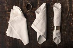 Uppsättning av servetterna med tappningcirkeln på den träbästa sikten för tabell Fotografering för Bildbyråer