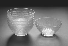 Uppsättning av sex djupa glasföremål Arkivbild