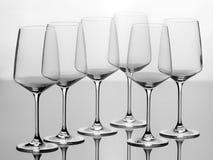 Uppsättning av sex tomma vinexponeringsglas Arkivbild