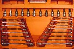 Uppsättning av skiftnycklar för reparation, trevligt vikta in i en ask Royaltyfri Foto