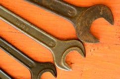 Uppsättning av skiftnycklar på röd backround Fotografering för Bildbyråer