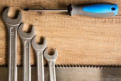 Uppsättning av skiftnycklar på trä Arkivfoto