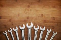 Uppsättning av skiftnycklar på trätabellen Royaltyfri Foto