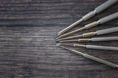 Uppsättning av skruvmejslar på den wood tabellen Royaltyfria Foton