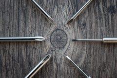 Uppsättning av skruvmejslar på den wood tabellen Royaltyfri Foto