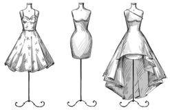 Uppsättning av skyltdockor Attrapper med klänningar Text och teckning av flickan royaltyfri illustrationer