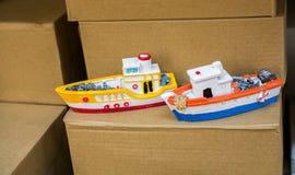 Uppsättning av små färgrika modellfartyg royaltyfri foto