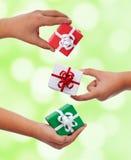 Uppsättning av små gåvor i barnhänder arkivfoto