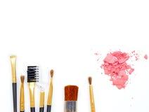Uppsättning av sminkskönhetsmedlet, borste, rosa färgpulver på vit bakgrund Arkivfoto