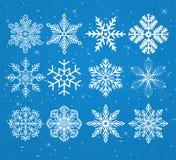 Uppsättning av snöflingor på en snöig bakgrund med stjärnor Royaltyfri Fotografi