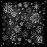 Uppsättning av snöflingor, svart tavlatextur Royaltyfria Foton