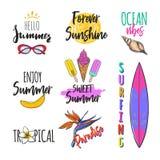 Uppsättning av sommarlogoer, etiketter, klistermärkear vektor illustrationer
