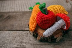 Uppsättning av stack leksaker citron, morot, äpple, amanita på träbakgrund Tidigare känsel- utveckling av barn, hantverkleksaker royaltyfri bild