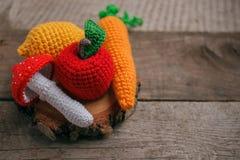 Uppsättning av stack leksaker citron, morot, äpple, amanita på träbakgrund Tidigare känsel- utveckling av barn, hantverkleksaker royaltyfria bilder