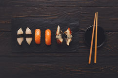 Uppsättning av sushi på svart wood bakgrund, bästa sikt Arkivbilder