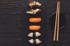 Uppsättning av sushi på svart wood bakgrund, bästa sikt Royaltyfria Bilder