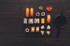 Uppsättning av sushi på svart wood bakgrund, bästa sikt Royaltyfria Foton