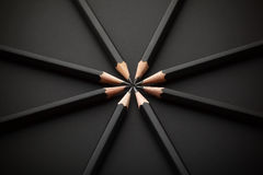 Uppsättning av svartblyertspennor på svart bakgrund Arkivfoto