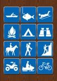 Uppsättning av symboler av utomhus- aktiviteter: rodd fiske, lägereld som campar, kikare, hästryggridning och att fotvandra och a Royaltyfria Bilder