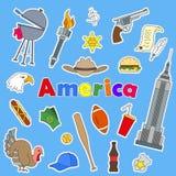Uppsättning av symbolslappar på ämnet av loppet till landet av Amerika färgsymboler på blå bakgrund och inskriften Americ Royaltyfri Fotografi