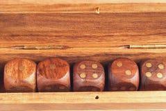 Uppsättning av tärning i en träasknärbild arkivbild