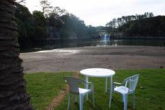 Uppsättning av tabellen bredvid vattenfallet Arkivbild