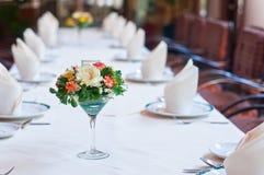 Uppsättning av tabellen med blommor Fotografering för Bildbyråer