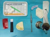 Uppsättning av tandläkarehjälpmedel som är klara för operation royaltyfria foton