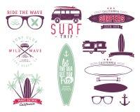 Uppsättning av tappning som surfar diagram och emblem för rengöringsdukdesign eller tryck Surfare design för strandstillogo Bränn Royaltyfri Bild