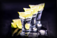 Uppsättning av tequilaskott på en mörk träbakgrund Arkivbild