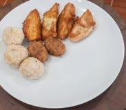 Uppsättning av thailändska stekte potatis- och bananmellanmål Royaltyfri Bild