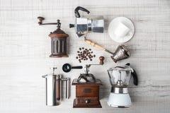 Uppsättning av tillbehör för kaffe på den vita trätabellen Arkivbild