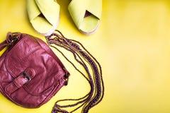 Uppsättning av tillbehör för saker för kvinna` s till sommarsäsongen Bruna sandaler för påsegulingplattform, halsband Lekmanna- l fotografering för bildbyråer