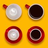 Uppsättning av tomma och fulla röda koppar och tefat Kaffeuppsättning på en gul bakgrund Arkivfoton