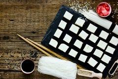 Uppsättning av traditionell japansk mat på träbakgrund Arkivfoto