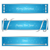 Uppsättning av tre horisontalblåa festliga julbaner med sreberistymiband och etiketter Passande för rengöringsdukdesign Fotografering för Bildbyråer