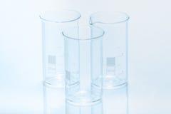 Uppsättning av tre resistenta cylindriska dryckeskärlar för tom temperatur för mätning Fotografering för Bildbyråer