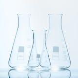 Uppsättning av tre resistenta koniska flaskor för tom temperatur för mätningar arkivfoto