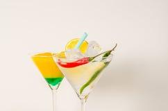 Uppsättning av två drinkar i martini exponeringsglas, martini drink och guling w Royaltyfria Bilder