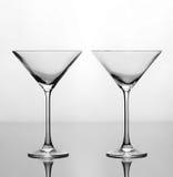 Uppsättning av två tomma exponeringsglas martini Arkivfoton