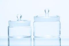 Uppsättning av två vägande flaskor av olik kapacitet Arkivfoton
