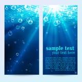 Uppsättning av undervattens- vertikala baner, abstrakta bakgrunder med solljus och luftbubblor vektor illustrationer