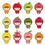 Uppsättning av ungar i gulliga fruktdräkter royaltyfri illustrationer