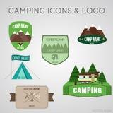 Uppsättning av utomhus- affärsföretagemblem och campingplatslogoemblem Klistermärkear för sommar 2015 stock illustrationer