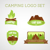 Uppsättning av utomhus- affärsföretagemblem och campingplatslogoemblem Klistermärkear för sommar 2015 royaltyfri illustrationer