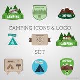 Uppsättning av utomhus- affärsföretagemblem och campingplatslogoen royaltyfri illustrationer