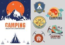 Uppsättning av utomhus- lägeremblem för tappning, logo och designbeståndsdelar Tappningtryck, bergloppstil Royaltyfri Fotografi