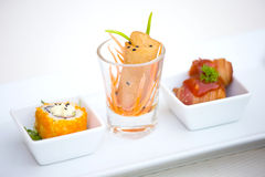 Uppsättning av vårrullar - sushi - stekt bacon med korven Royaltyfria Bilder